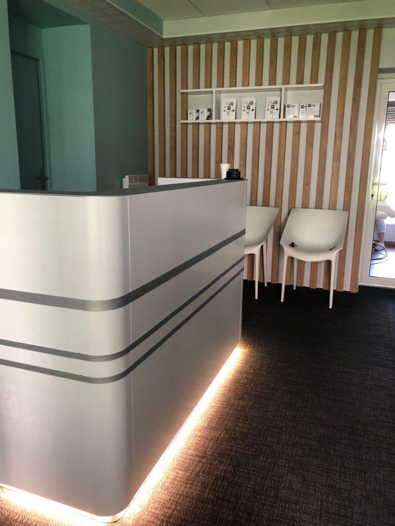 Rénovation de bureaux existant en institut de soin by Epure-KaZa